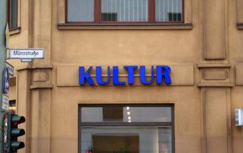 Kultur Leuchtbuchstaben an einer Fassade