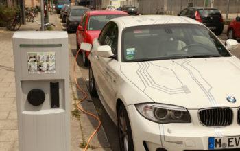 Elektroauto wird an einer Ladestation aufgeladen
