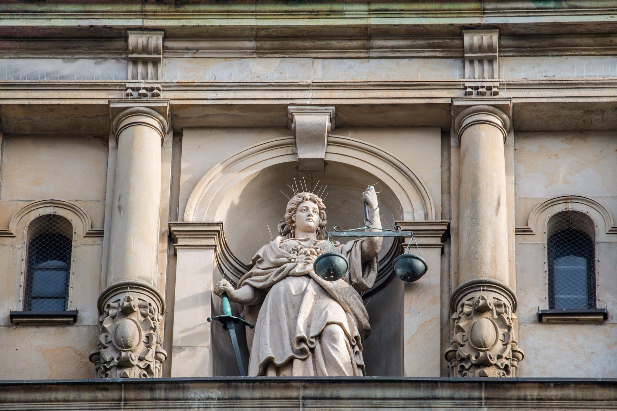 Justitia-Statue am Strafjustizgebäude des Amts- und Landgerichts Hamburg