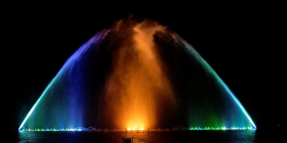bunte Fontänen der Hamburger Wasserlichtorgel vor schwarzem Himmel
