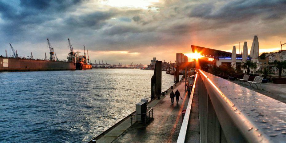 Hamburger Hafen an den Landungsbrücken bei Sonnenuntergang